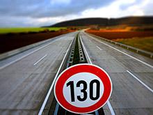 Медведев разрешил гонять по дорогам со скоростью 130 километров в час