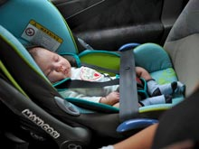 В США инспектор не стал штрафовать молодую маму за отсутствие детского кресла в машине, а подарил ей его