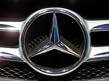 Россияне в 2015 году стали меньше тратить на покупку машин, хотя самым популярным стал выросший в цене Mercedes