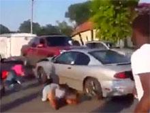 Американка с разгона   расчистила дорогу от  разгневанных девушек с электрошокерами  (ВИДЕО)