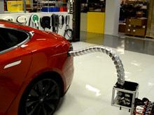 Tesla показала немного пугающую  зарядку  для электромобилей в виде  самостоятельной робозмеи  (ВИДЕО)