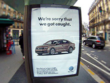 Художники высмеяли Volkswagen на плакатах в Париже